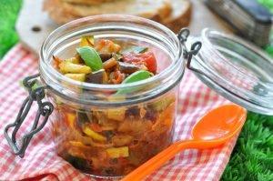 Bocal de fondue de légumes d'été au basilic