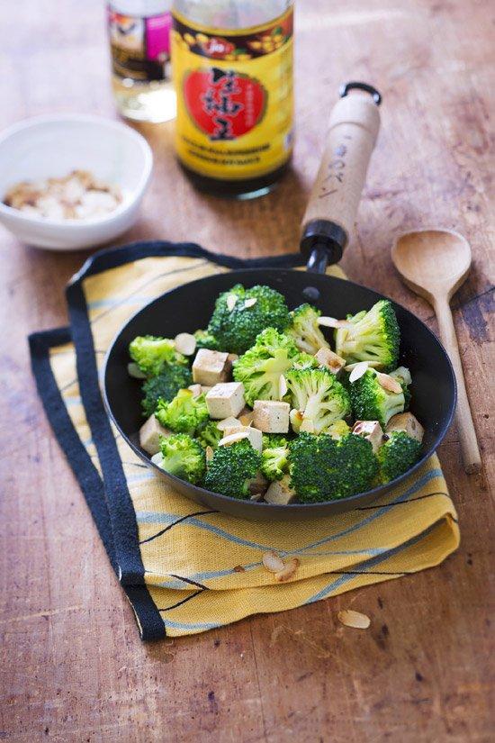 Wok de brocoli au xamandes et tofu fumé