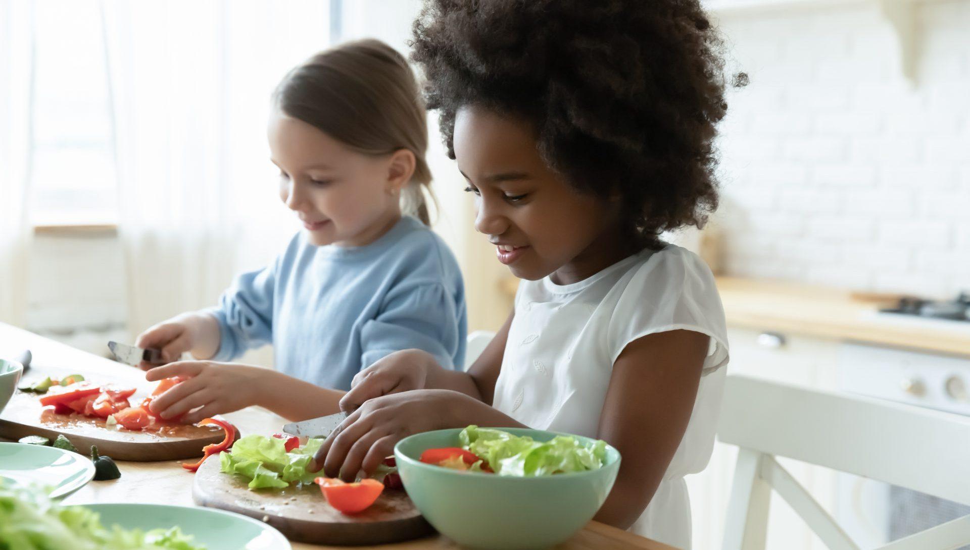 Les enfants cuisinent des fruits et légumes