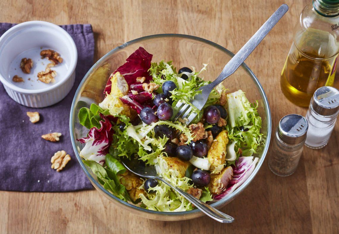 Salade de poulet épicé, raisin et noix