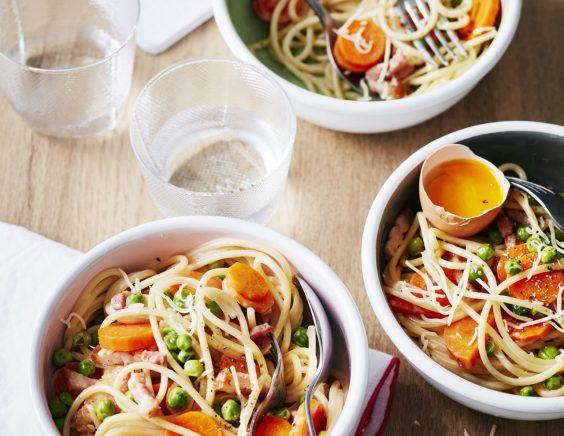 Spaghettis à la carbonara aux petits légumes